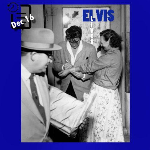 الویس در حال دادن امضاء بر روی دست یکی از دست دارانش چنین روزی 16 دسامبر 1957