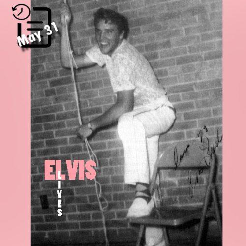الویس در پشت صحنه سالن دبیرستان شهر میدلند تگزاس چنین روزی 31 مه 1955
